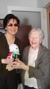 Margitka néni az Egyesület kabalababáját kapja meg Fodor Ágnes elnök asszonytól