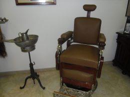 A képen egy szék látható, amin régebben a borbély vendége ült