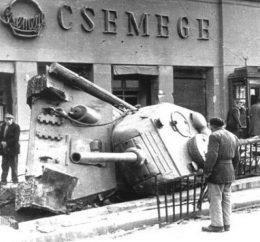 Egy tank látható a képen, amint az aluljáró lépcsőjén féloldalra fordulva fekszik