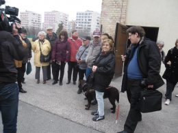 A látogatók egy része látható a képen, amint a múzeum udvarán vannak