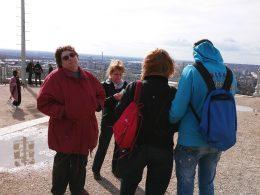 A fényképen az látható, amint a szobor előtt áll a csoportunk fele