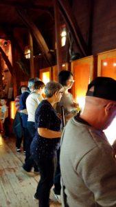A fényképen a látogatócsoport szerepel, amint a kiállítási anyagokat nézik