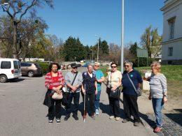 A fényképen a látogatócsoport tagjai láthatóak, amint a múzeum előtti parkolóban állnak