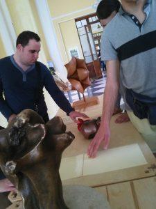 A fényképen az látható, amint a kiállítási tárgyakat megérinti egy látogató