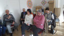 A képen az látható, amint a megjelentek az előadást hallgatják