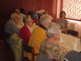 A fényképen az látható, amint a kubnapon egy asztal körül ülve hallgatják Gabi előadását