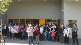 A képen a tatai kirándulók közel 50 fős csoportképe látható