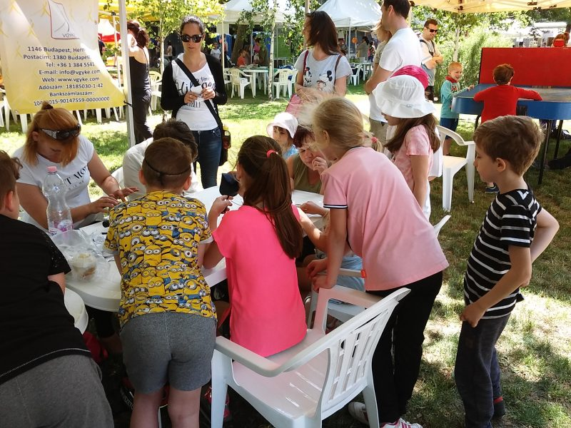 A fényképen az látható, hogy sokan állnak a VGYKE asztalánál, főleg gyerekek