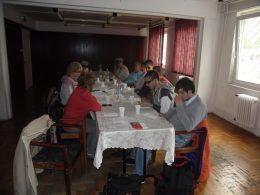 A képen az látható, amint a résztvevők hallgatják az előadást