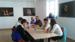 A fényképen az látható, amikor a klubnap résztvevői egy asztal köré ülve beszélgetnek