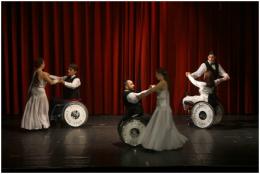 A képen a kerekesszékes táncosok láthatóak