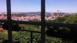 A képen a költő szavainak megfelelő kilátás képe látható, ahogyan az ablakából a Bazilikára látott