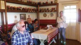 A képen az látható, ahogyan a csoport tagjai a tárlatvezetést hallgatják
