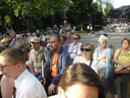a képen a klub tagjai láthatók, miközben hallgatják a zenekarok előadását