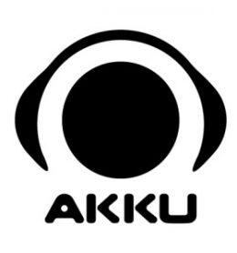 A képen az AKKU Egyesület logója látható, mely egy fejen lévő fülhallgató