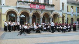 A képen a zenekarok közös fellépése látható