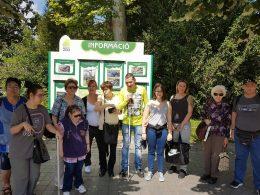 A képen a sétán megjelentek csoportja látható