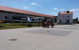 A képen a csoport egy L-39 oktatórepülő lőtt látható