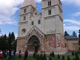 A fényképen az látható, amint a nagyméretű templomt a csoportunk néhány tagja megpróbálja lefényképezni