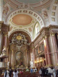 A képen a barokk székesegyházban látogatást tevő tagjaink láthatóak