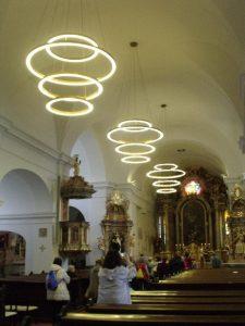 A képen a fehérre meszelt barokk templomban látható a csoportunk