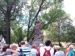 A csoportunk többször keresett magyar felliratookat, a Várban találtunk, és ez látható a képen, amint a Szent Erzsébet szobor előtt áll a csoportunk
