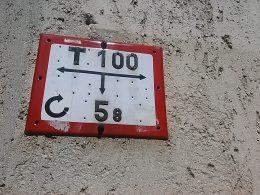 egy utcai, tűzcsapot jelző táblácska