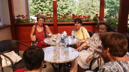 A képen a fagylaltozó csopport látható egy asztal körül ülve, hangulatos, virágos teraszon