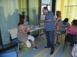 A képen a Láthatár Bolt bemutatójának egy pillanata látható, amikor Abigél felvilágosítást ad egy termékről
