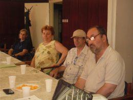 A képen az látható, hogy a klubtagok az asztal körül ülnek és beszélgetnek egymással