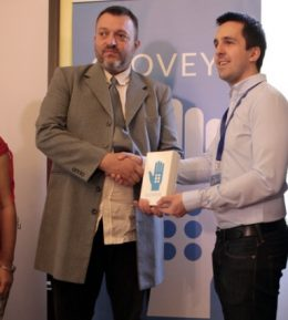 Fülöp Ádám, a fejlesztőcsapat vezetője átadja a termékprototípust Angyal Gábornak, a Magyar Vakok és Gyengénlátók Országos Szövetsége szakmai vezetőjének.