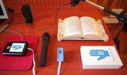 A GlovEye bemutató készlete látható a képen, egy kamera, egy vezérlő, egy Braille-panel és egy számítógépes alkalmazás