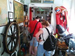 A képen a múzeumlátogatás első pillanatai láthatóak, amint régi hajózási térképek és egyéb emlékek előtt megyünk el