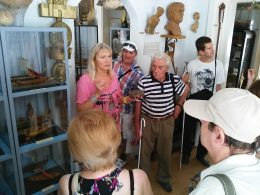 A képen a tárlatvezetőnk és a múzeum alapítójának leánya látható, amint bemutatja nekünk a múzeumot
