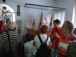 A képen a csoportunk látható, valamint a múzeum egyik nagyon értékes modellje, vitrin mögött