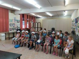 A képen az egyik gyermekcsoport látható, amint Csabát hallgatják