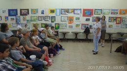 A képen a gyerekcsoportok egyike Pankát és Erát hallgatják