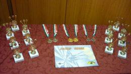 A képen a kiosztott érmek és emléklapok fényképe látható