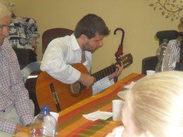 A képen Domoszlai Jani gitározza el a szülinapi éneket