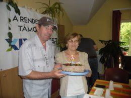A képen a torta látható a két kerületi szervező kezében