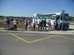 A képen az látható, amint a csoport a repréti buszba száll be