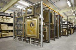 A képen egy múzeum gyűjteményraktára látható