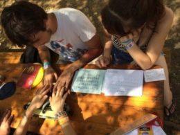 A képen két vendég látható, akik ismerkednek a Braille-írással