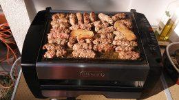 A képen grillezett húsok vannak
