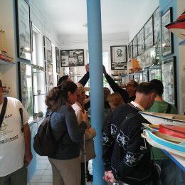 A képen a múzeumban a tagok
