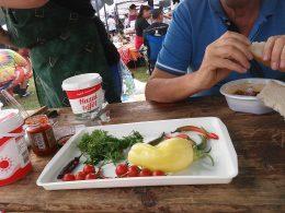 A képen a vendégek étkezésének egy pillanata látható