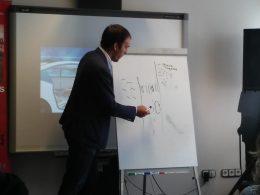 A képen Dékány Donát rajzolja fel az önvezető autó gázolásos dilemmáját