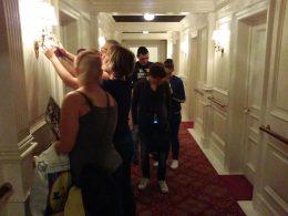 A képen az látható, amint az első osztűlyú folyosót bemutató részt vizsgáljuk meg