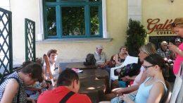 A képen az látható, amint a fagyizó teraszán ül a csoport