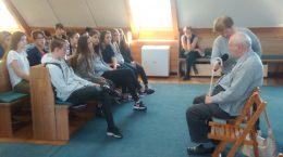 A képen a diákok körében az előadó